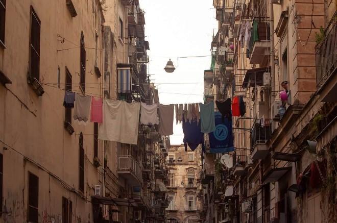 Varais com roupas entre prédios de Nápoles