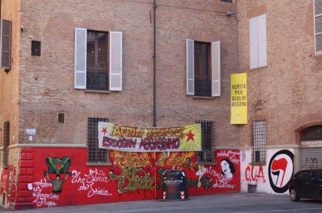 Faixas de protesto expostas em Bolonha, na Itália