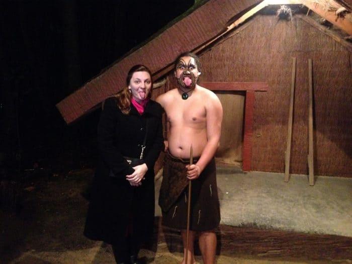 Turista com Maori em Nova Zelândia