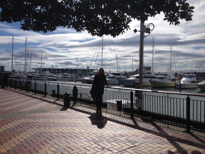 Turista em marina com veleiros estacionados