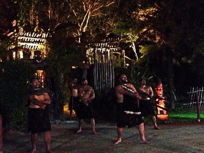 Tribo Maori dançando dança Haka