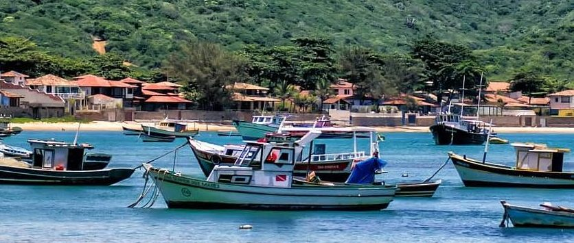 Barcos em praia de Búzios