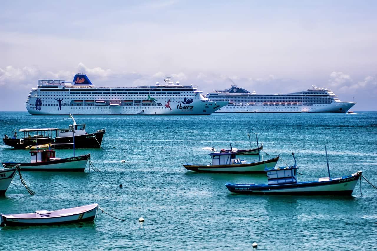 Navios e barcos na praia da Armação, em Búzios