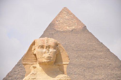 Pirâmide Queops e Esfinge ao fundo