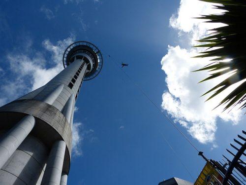 Salto da Sky Tower em Auckland