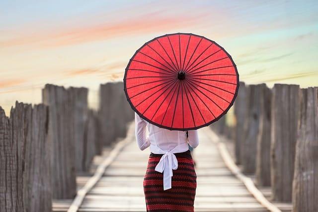 Mulher com sombrinha na Ásia