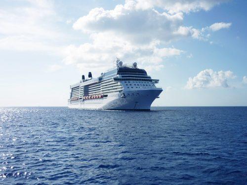Cruzeiro navegando no mar