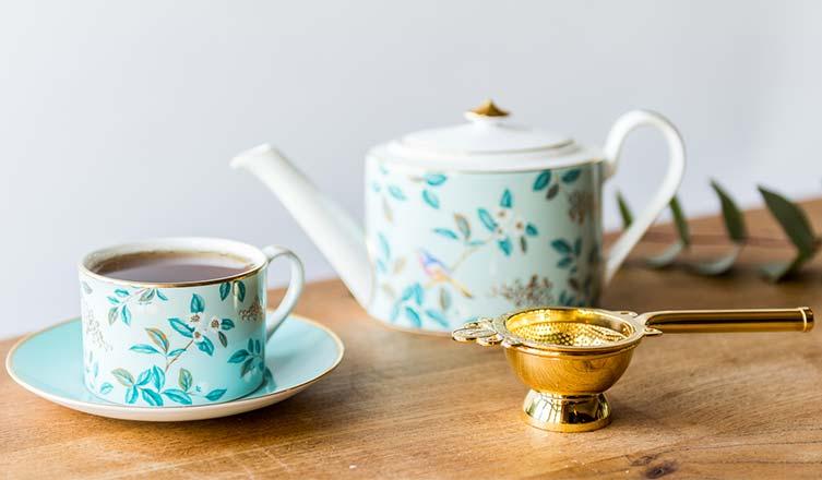 bule e xícara de chá feitos de porcelana