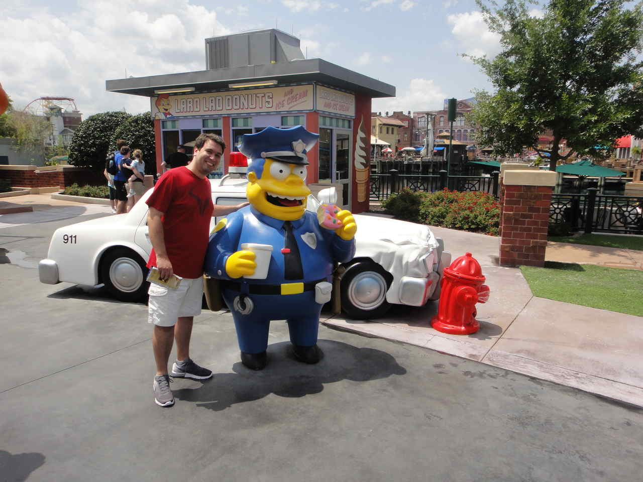 Turista tira foto com personagem dos Simpsons