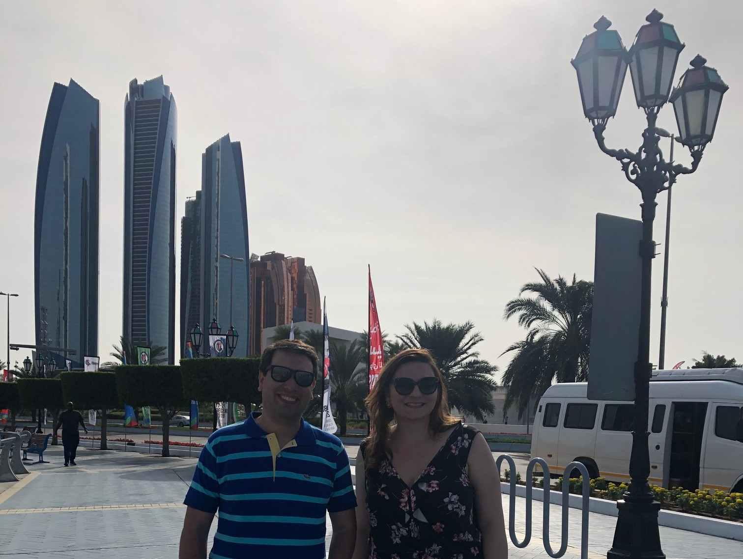 Turistas tiram foto com o Etihad Towers, em Abu Dhabi