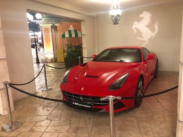 ferrari f12 berlinetta exposta no Ferrari World