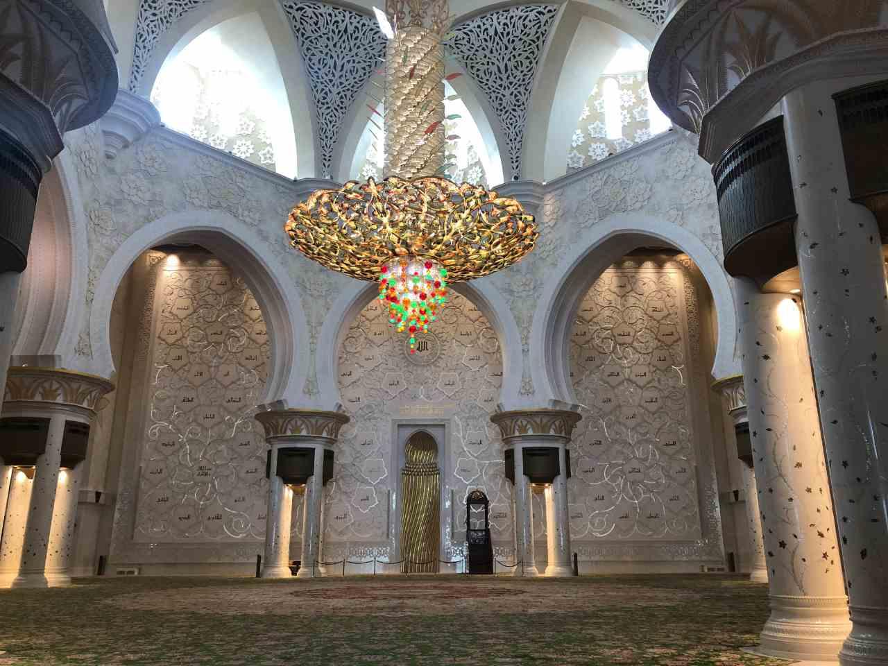 sala de orações da Mesquita Xeque Zayed, com um lustre colorido