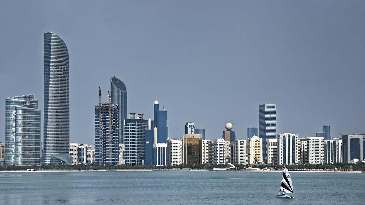 Vista panorâmica de Abu Dhabi, com muitos prédios modernos