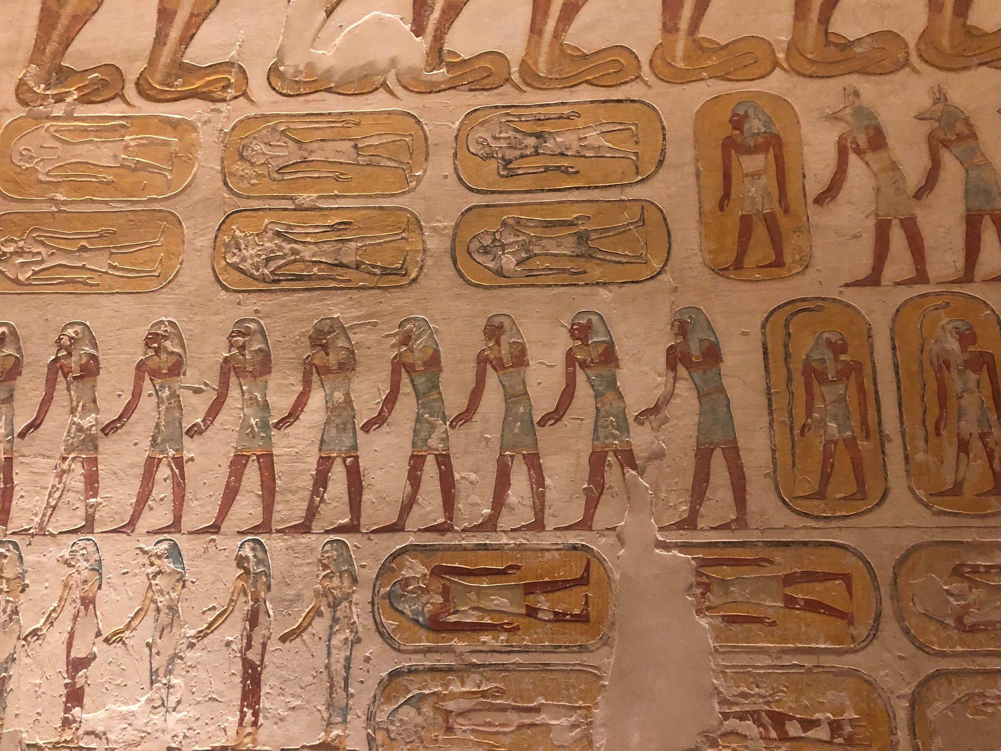 A história de Rameses IV nas paredes de sua tumba em Luxor