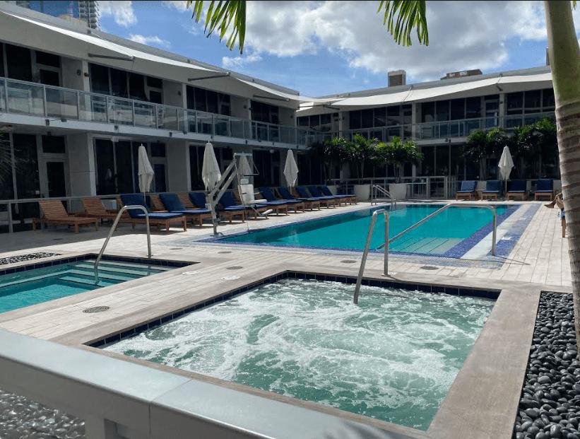 Piscina e jacuzzi em Miami