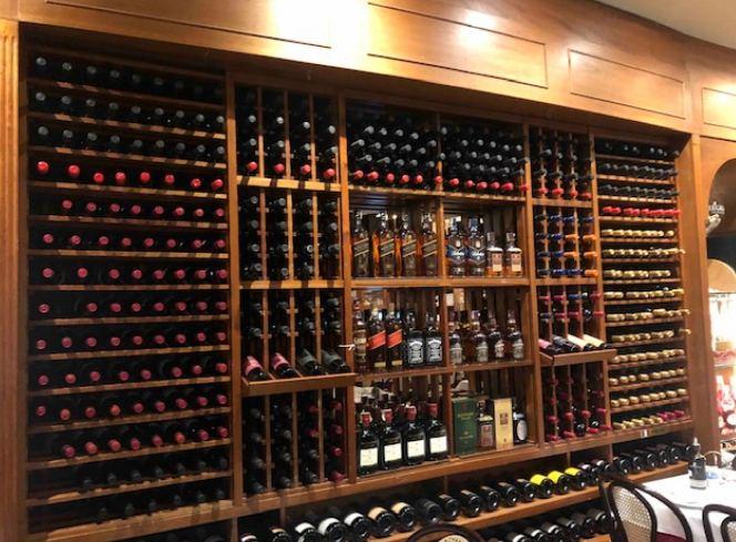 Grande variedade de vinhos no Lellis