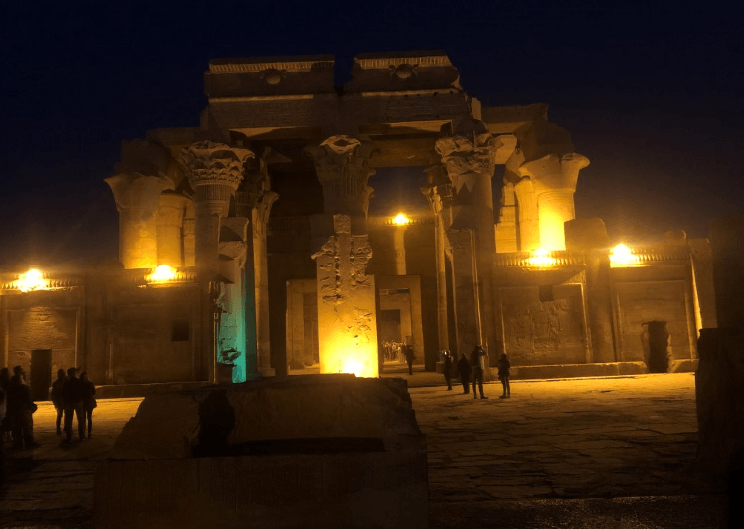 Templo de Kom Ombo iluminado