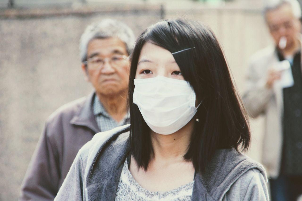 para se proteger do coronavírus, muitas pessoas usam máscaras
