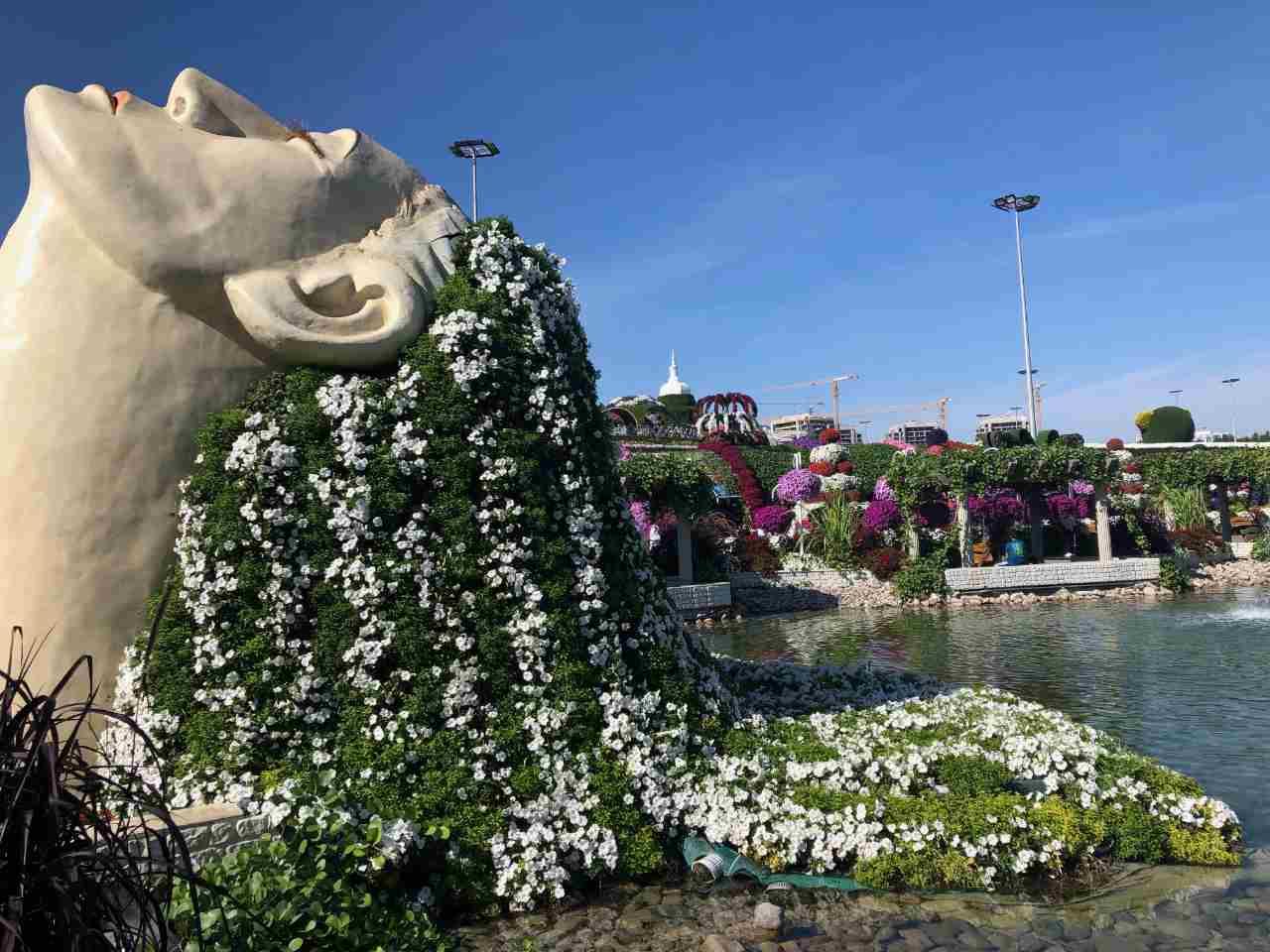 Escultura do Miracle Garden com flores no cabelo da estátua