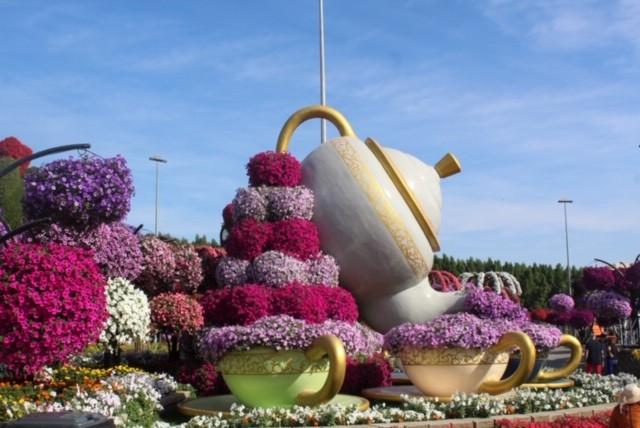 Bule e Xícaras decorados com flores em Dubai