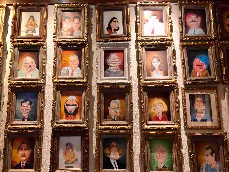 restaurantes italianos em são paulo: painel de caricaturas de personalidades no Lellis Campinas