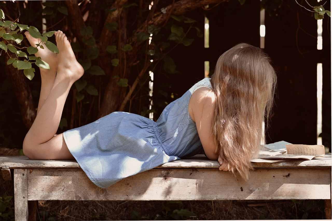 Mulher lendo um livro deitada