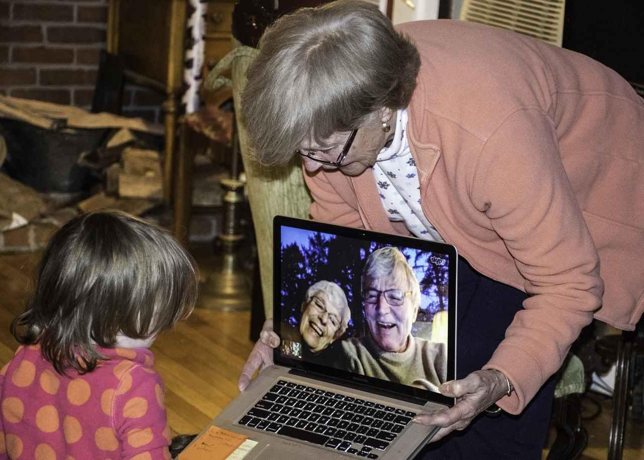 criança falando com os seus avós pelo skype