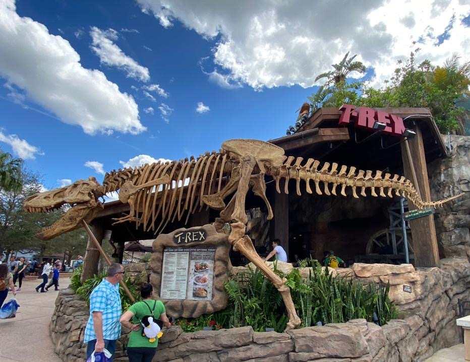Esqueleto de um tiranossauro rex na entrada do trex café, um dos restaurantes temáticos de orlando