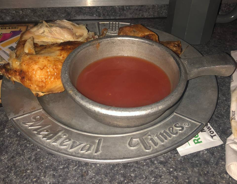 Prato servido no medieval time, um dos restaurantes temáticos de Orlando