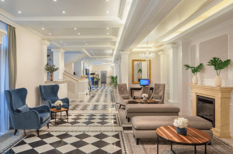 como é o Queen's Court Hotel & Residence