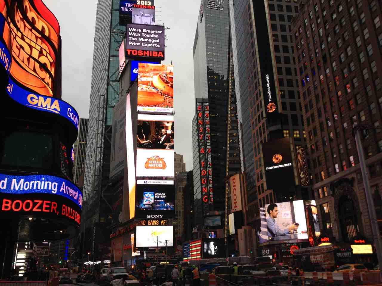 Painéis luminosos da Times Square no inverno