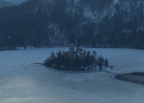 Ilha no meio do lago