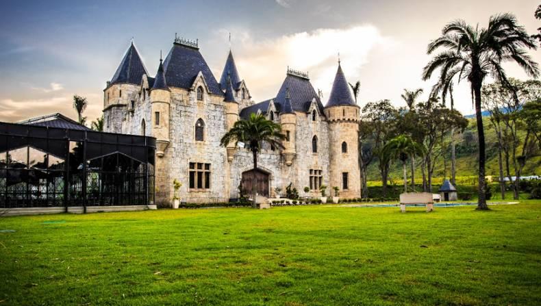 Fachada em diagonal do Castelo Itaipava