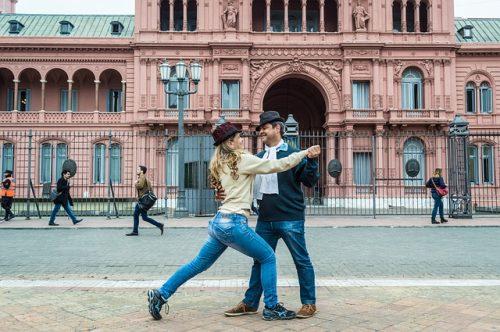 Pessoas dançando em frente a Casa Rosada