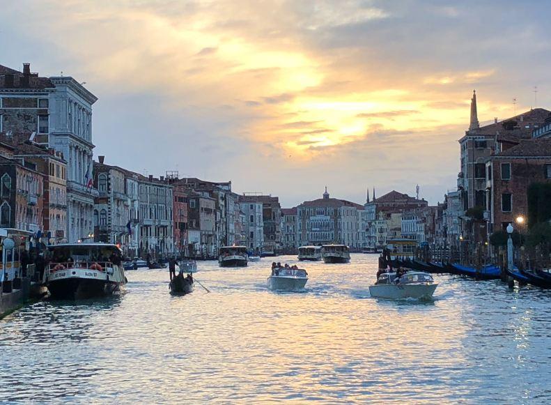 Gôndola e barcos em Veneza