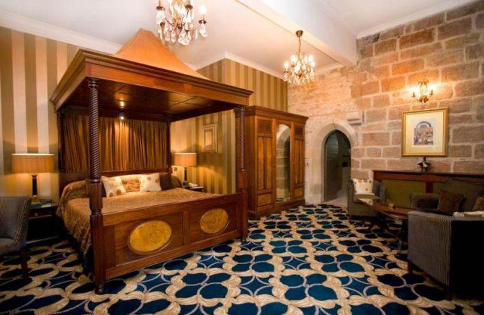 Castelos da Inglaterra: Um dos quartos do Langley Castle, com cama dossel