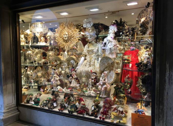 Vitrine de loja de Veneza durante o Carnaval