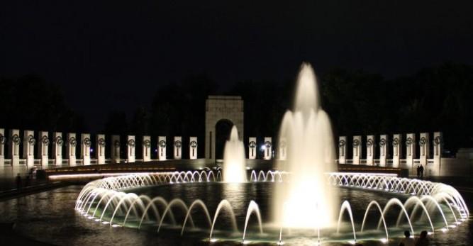 Memorial da Segunda Guerra Mundial, durante a noite