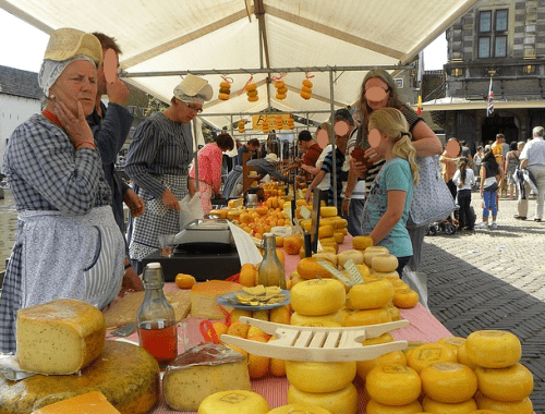 Mercado popular de queijos na cidade de Alkmaar