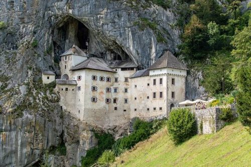 como é o Castelo de Predjama