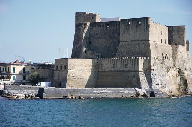 Castelo dell'Ovo é um dos castelos de nápoles